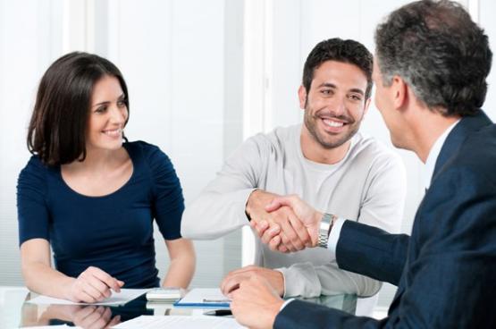 Контролирует завершение сделки и процесс передачи денежных средств и квартиры